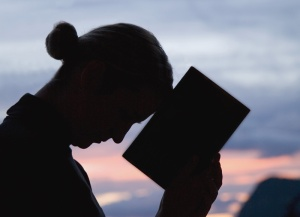 Woman-Praying-With-Bible